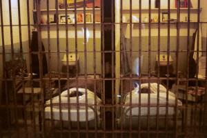 Twee van de drie cellen van Frank Morris en de broers John en Clarence Anglin na de ontsnapping.