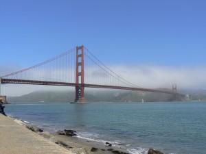 De Golden Gate brug. Om de tweede pilaar hangen een paar wolken.