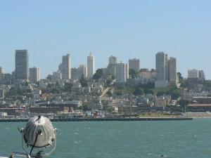 De skyline van San Francisco vanaf de ferry.